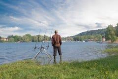 Fiska affärsföretag Sportfiskaren fiskar med fiska teknik för karp royaltyfria bilder