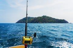 Fiska att fiska med drag i med det motoriska fartyget Royaltyfri Bild