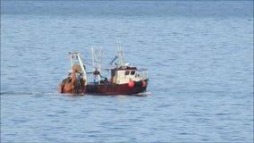 Fiska bogserbåtfartyget på sändningsgränd stock video