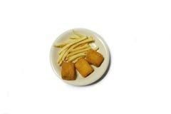 Fiska & chiper på den vita maträtten med vit bakgrund Royaltyfri Fotografi