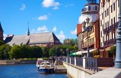 Fiska den byRybnaya derevnyaen och den Pregola floden i Kaliningraden, Ryssland Royaltyfri Foto