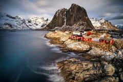 Fiska den förlägga i barack byn i Hamnoy, Norge Arkivfoto