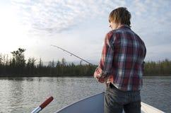 Fiska den tonåriga pojken Arkivbild