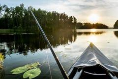 Fiska för bete med fartyg på sjön Arkivfoto