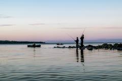 Fiska för bete med fartyg på sjön Royaltyfri Bild