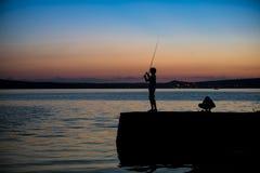 Fiska för två pojkar Arkivbild