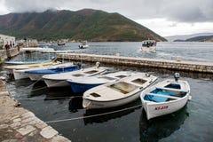Fiska förtöjas träfartyg i staden av Perast Fotografering för Bildbyråer