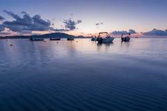Fiska fartyg på soluppgång, den Zakynthos ön, Grekland Arkivfoto