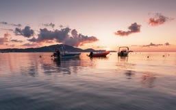 Fiska fartyg på soluppgång, den Zakynthos ön, Grekland Arkivbild