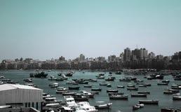 Fiska fartyg som parkerar nära citadellen av Qaitbay på kusten av Alexanderia Royaltyfria Bilder