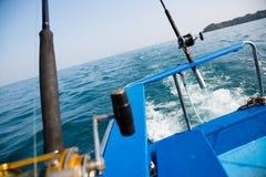 Fiska fiska med drag i ett motoriskt fartyg i det Andaman havet, kust Thailand Royaltyfria Foton