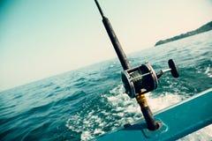Fiska fiska med drag i tonfisk med ett fartyg i det Andaman havet som är thailändskt Fotografering för Bildbyråer