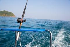 Fiska fiska med drag i tonfisk med ett motoriskt fartyg i det Andaman havet, coas Royaltyfria Foton