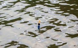 Fiska flötet i vatten Krusigt vatten av skogsjön Fiska helgbegreppsfotoet Royaltyfri Fotografi
