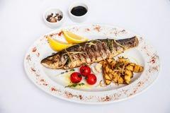 Fiska, forellgallret med grönsaker och potatisar Fotografering för Bildbyråer