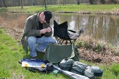fiska hans förbereda sig royaltyfria foton
