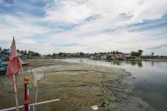 Fiska hem på stranden Arkivfoto