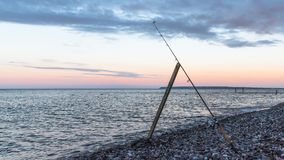 Fiska i aftonen i havet arkivfoto