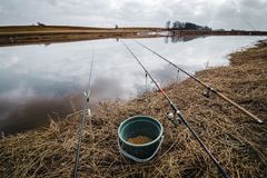 Fiska i den tidiga vårfloden Metspön på kusten av floden lithuania Royaltyfri Foto