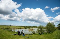 Fiska i en lake Arkivbilder