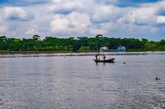 Fiska i floden Arkivbilder
