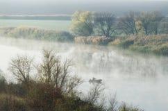 Fiska i höstdagen på floden fotografering för bildbyråer