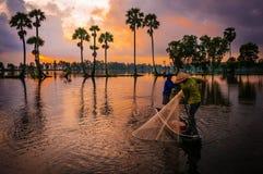 Fiska i morgonen av två bönder royaltyfri fotografi