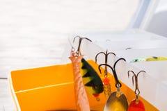 Fiska krokar och bete i en uppsättning för att fånga den olika fisken royaltyfri fotografi