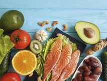 Fiska laxen som äter matställehälsa på en olik blå träbakgrund fotografering för bildbyråer