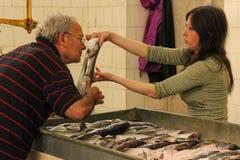 fiska marknaden köpare som kontrollerar friskhet split croatia Arkivfoto
