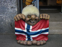 Fiska med drag i den hållande norska flaggan Arkivfoton