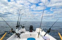 Fiska med drag i fiske från det lilla fartyget Fotografering för Bildbyråer