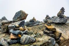 Fiska med drag i huset som göras från stenar royaltyfria bilder