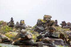Fiska med drag i huset som göras från stenar fotografering för bildbyråer