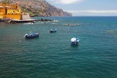 Fiska motoriska fartyg, ön och havet funchal madeira portugal Arkivbild