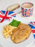 Fiska och chiper med en kopp tesmörgås- och unionjac Royaltyfria Bilder