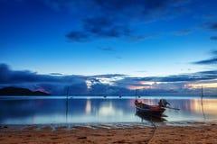 Fiska och touristic fartyg på solnedgången royaltyfri fotografi