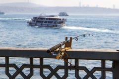 Fiska på den Galata bron i Istanbul royaltyfri foto