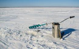 Fiska på den Rybinsk behållaren i den Yaroslavl regionen Arkivbild