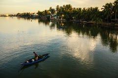Fiska på den Thu Bon floden, Quang Nam, Vietnam Arkivfoton