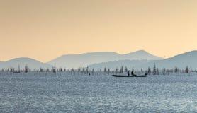 Fiska på en sjö Arkivfoto
