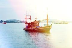 Fiska på ett gammalt fartyg på solnedgången Royaltyfria Bilder