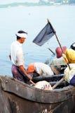Fiska på Kochi/Cochin nära stranden Arkivfoto
