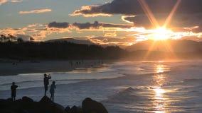 Fiska på solnedgången stock video