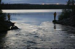 Fiska på solnedgången Arkivfoto