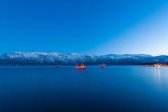 Fiska skepp nära den Sjursnes byn, Norge Royaltyfri Bild