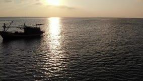 Fiska skeppet i havet p? solnedg?ngen Pittoresk sikt av fiskebåten som svävar på vatten och härlig himmel med solen Koh Samui arkivfilmer