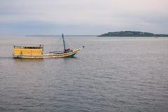 Fiska skeppet seglar hem Royaltyfri Fotografi