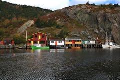 Fiska: Skeppsdockor kabiner, fartyg på Quidi Vidi Lake Harbor, Newfoundland. Arkivfoto