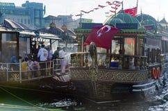 Fiska smörgåsen (Balik ekmek) Eminonu, Istanbul fotografering för bildbyråer
